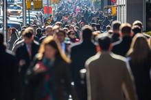 壁紙(ウォールミューラル) - Anonymous crowd of people walking on city street
