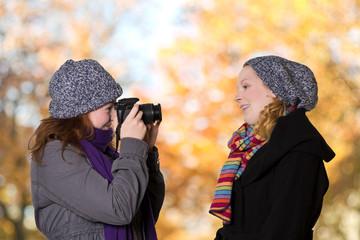 Zwei Frauen mit warmer Kleidung und Kamera