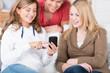 teenager schauen auf smartphone