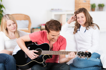 junge spielt gitarre für seine freunde