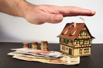 Haus mit beschützender Hand