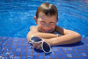 Portrait d'enfant à la piscine (8 ans)