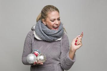 Blonde Frau schreit Weihnachtsmann an