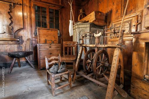 vecchio telaio per filare la lana - 58419272