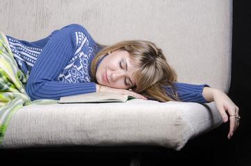 девушка заснула с книгой на диване