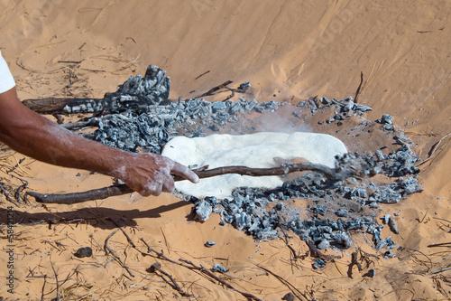 Staande foto Tunesië Cuisson du pain dans le désert - Tunisie