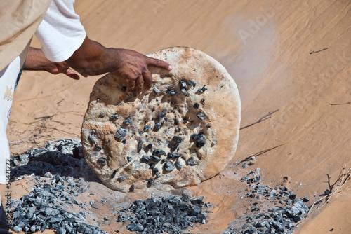 Foto op Canvas Tunesië Cuisson du pain dans le désert - Tunisie