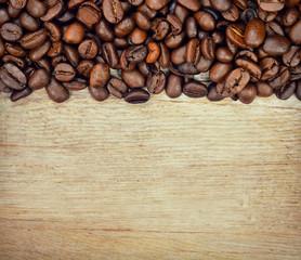 Chicchi di caffe su tavola di legno