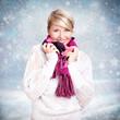 junge blonde Frau vor Winterlandschaft