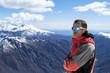 uomo abbigliamento invernale montagna guarda panorama