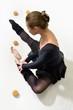 Постер, плакат: танцовщица устало снимает пуанты