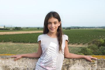 adolescente apoyada en la barandilla de la terraza