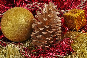 Natale. Pigna, pacchetto e pallina colorata.