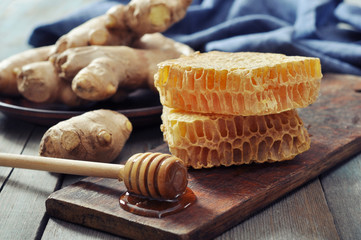 Honeycomb with fresh ginger