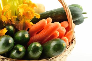 Verdure miste in un cestino di vimini isolato su sfondo bianco