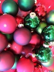 Rote und grüne Christbaumkugeln