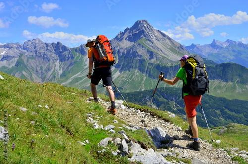 Leinwanddruck Bild Paar bei Bergwanderung
