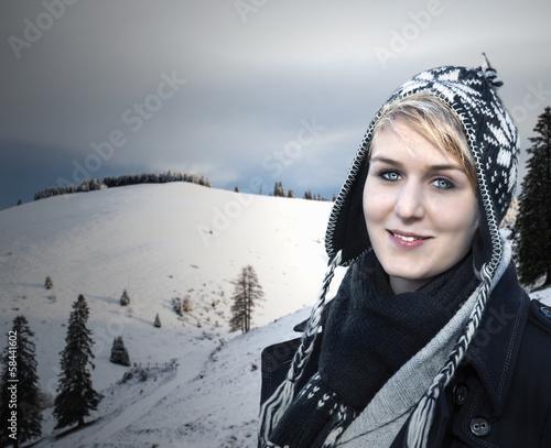 Mädchen vor einer Winterlandschaft
