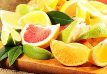 Zintrusfrüchte in Spalten geschnitten