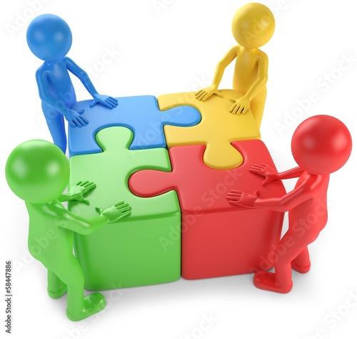 Männchen_mit_vier_Puzzle_zusammen