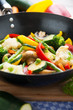 Knackiges, buntes Gemüse in einer Pfanne