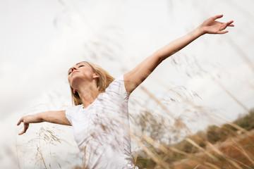 entspannte glückliche junge frau im freien natur