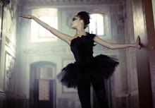 Black swan danseuse de ballet dans le mouvement