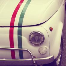 Automobile avec drapeau italien vintage