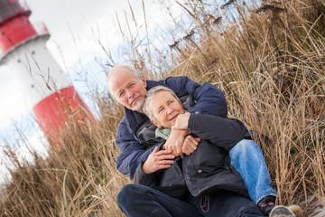 älteres senioren paar gesund und glücklich an der ostsee