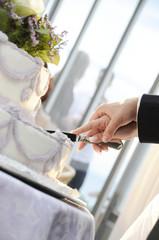 taglio della torta al matrimonio