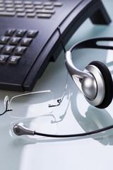 arbeitsplatz mit bille telefon headset im büro business