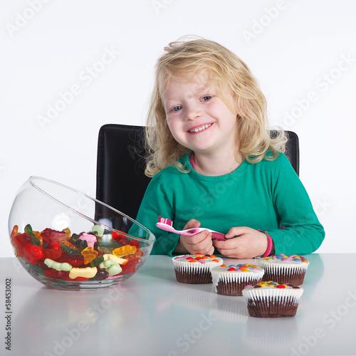 Mädchen putzt Zähne nach dem naschen