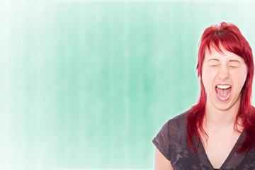 Portrait einer schreienden Frau wütend
