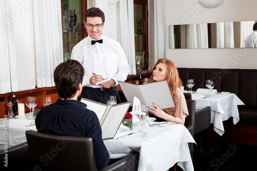 canvas print picture Frau und Mann beim Abendessen im Restaurant