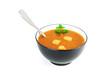 Soupe d'oignons dans le bol sur fond blanc