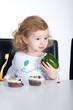 Kind nascht und isst auch Gemüse Paprika