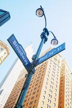 Signe de Broadway et de l'Empire State Building