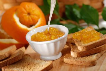 confettura di arancia fatta in casa nella ciotola bianca