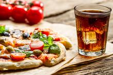 Pizza au four et servi avec une boisson froide