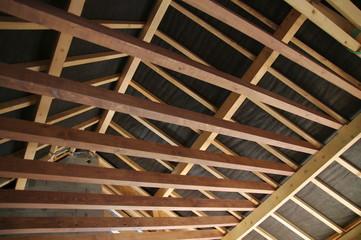 intérieur de maison en construction - charpente et solivage