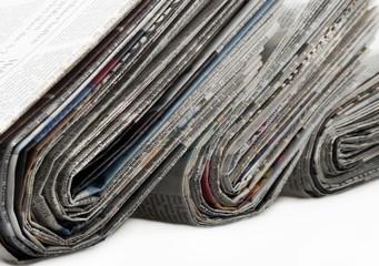 Zeitungen gestapelt