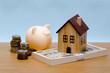 札束の上の玩具の家