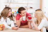 Fototapety junge leute trinken zusammen eine tasse kaffe