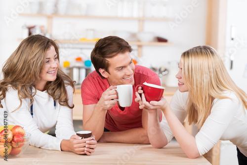 Leinwanddruck Bild junge leute trinken zusammen eine tasse kaffe