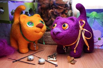 Два кота, сделанных из шерсти