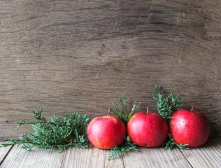 Weihnachtsdekoration mit Äpfeln