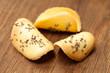 Kekse: Anisbögen auf Holzbrett