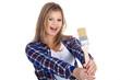 Junge Frau mit Maler Pinsel lacht