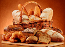 Panier en osier avec une variété de produits de boulangerie