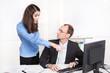 Mobbing: schlechtes Betriebsklima; Mann und Frau im Büro